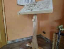 Buchständer in Pinie mehrfach gebleicht und weiss geölt, Neigungswinkel über Mechanik und Holzschraube zu verstellen