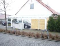 Carport gehobelte Ware, weiß lasiert, traditionell gebaut, alles gezapft und mit Holznägeln verbunden, mit integrierten Schuppen und Glasdach, alle Randeinfassungen in Aluminium weiß