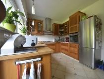 Landhausküche in Pinie mit Buchefüllung, freistehender Kühlschrank