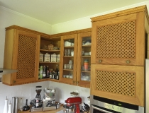 Landhausküche mit Hängeschränken Pinie mit Wabenfüllungen und Glastüren