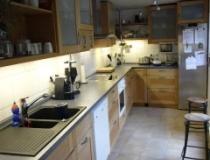 Landhausküche in Buche mit Buchefüllung, Hängeschränken mit Bucherahmen und Glasfüllung