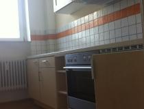 Küchenzeile in Birke, weiß geölt, Hängeschränke in Birke mit Glasfüllung
