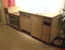 Küchenzeile, abgestuft in Birkekorpus mit Dielenoptik Front in Fichte