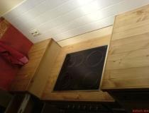 Küchenzeile, abgestuft in Dielenoptik, Arbeitsplatte in Fichte