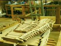 Fertige Holzpfeifen vor der Tongabe