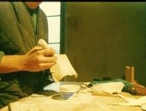 Leder des Stöpselgriffs wird mit Talkum gepudert