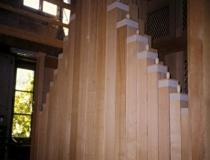 Holzpfeifen in der Rückseite der Orgel