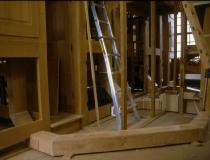 Hinter der Orgel