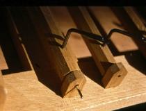 Mechanikdetail Eichenholz mit Eisenwinkel und vernickeltem Achsnagel