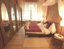 Schlafzimmerschrank aus Bambusholz mit Schiebetüren und elyptischen Spiegeln