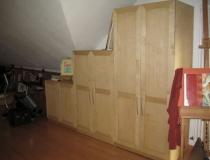 Stufenschrank in Birke-Multiplexplattenmaterial unter Dachschräge