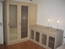 Glastürenschiebeschrank mit Vollauszugschubladen und Kleiderstangen in Birke, weiß geölt