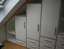 Dachschrägenschrank in MDF-weiß foliert mit Türen und Vollauszugschubladen