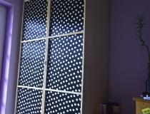 Schrank in Birke mit Rahmentüren in Stoffbespannung, Jugendzimmer