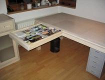 Schreibtisch in Birke mit geöffneter Schublade