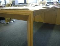 Schreibtischanlage in Buche - Eckdetail, Tischbein und Schreibtischplatte
