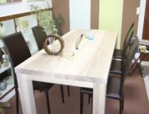Eschetisch, weiß geölt, im fertigen Zustand (Tischplatte ist ein Bild vorher zu sehen)