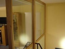 Treppenhausabschluß zum Dachboden in Buche mit Glasscheiben und Schiebetür - Seitenansicht ins Treppenhaus