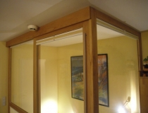 Treppenhausabschluß zum Dachboden in Buche mit Glasscheiben und Schiebetür - Detailansicht Deckenabschluß