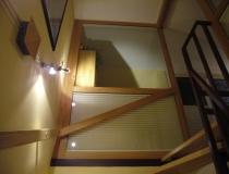 Treppenhausabschluß zum Dachboden in Buche mit Glasscheiben und Schiebetür - Ansicht aus dem Treppenhaus zum Seitenteil