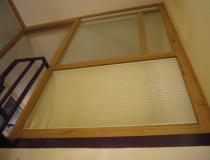 Treppenhausabschluß zum Dachboden in Buche mit Glasscheiben und Schiebetür - Ansicht Seitenwand vom Treppenhaus