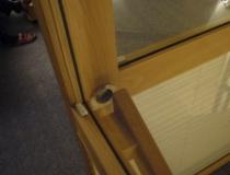 Treppenhausabschluß zum Dachboden in Buche mit Glasscheiben und Schiebetür - Detailansicht Türrahmen
