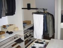 Ankleidezimmer: Detailansicht Kleiderlifter mit geöffneter Mittelblockschublade