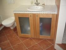 Badezimmer: Waschtisch mit Mosaikfliesen und Türen Rotbuche/Glasfüllung
