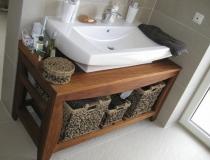Badezimmer: Waschtisch: Teakholz mit Keramikwaschtisch