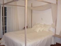 Schlafzimmer: Bett mit Himmel in Birke, vergoldete Kugeln