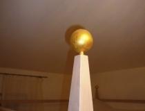 Schlafzimmer: Detailaufnahme der vergoldeten Kugel