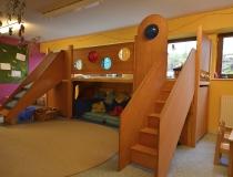 Kindergarten: Spieleburg in Buche mit Plexiglasscheiben und Halbkugeln, Treppe und Rutsche