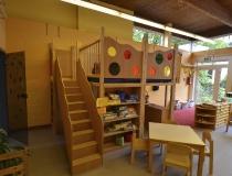 Kindergarten: Spieleburg in Buche mit Plexiglasscheiben und Regalkombination