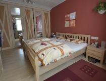 Schlafzimmer: in Birke, weiß geölt mit Schiebetürenschrankelementen, Spiegeltüren verschiebbar
