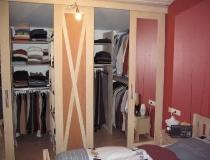 Schlafzimmer: in Birke, weiß geölt mit Schiebetürenschrankelementen mit geöffneten Türen und Schrankinnerem
