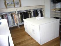 Ankleiderzimmer: in Esche, weiß geölt mit Mittelblock