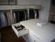 Ankleidezimmer: in Esche, weiß geölt mit Mittelblock - Detailansicht
