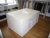 Ankleidezimmer: in Esche, weiß geölt mit Mittelblock