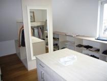 Ankleidezimmer: in Esche, weiß geölt mit Mittelblock - Ansicht auf Raumteiler mit Spiegel