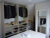 Ankleidezimmer: in Esche, weiß geölt mit Mittelblock - Schrankelemente mit Kleiderlifter und Schuhregal